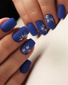 Floral are elements often used in nail art design. For example: flowers, leaves, grass, these can be used in nail design. Floral nail art designs gives a vibrant feeling. This nail design is used most in spring, but it can also be used in summer. Fall Nail Art Designs, Flower Nail Designs, Blue Nail Designs, Floral Designs, Cute Nails, Pretty Nails, Dark Blue Nails, Floral Nail Art, Nail Art Blue