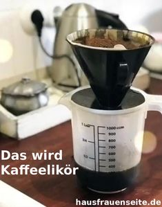 das wird Kaffeelikör der Kaffeelikör ist ganz schnell und unkompliziert in der Zubereitung. Fertig ist er ca 6 Wochen lan haltbar - also, theoretisch ;-) #Küchengeschenk #lecker #Likör Liquid Measuring Cup, Measuring Cups, Cocktails, Drinks, V60 Coffee, Coffee Maker, Smoothies, Homemade, Food