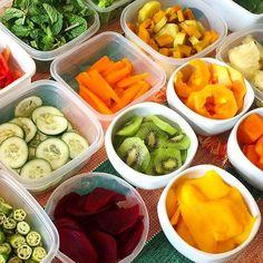 Foto inspiração para esse domingo: preparar as frutas legumes e verduras para a semana! Foto da querida @re_enoque2012 que planeja o cardápio da semana e já antecipa o pré-preparo para deixar tudo no esquema! Uma dica é congelar os vegetais para que não oxidem e preservem ao máximo as vitaminas e minerais  #ficaadica #nutriçãosaudável #nutrientes #nutrition #instafood #instalike #picoftheday #potd #girisbioggers #fruits #vegan #instahealth #healthylife #healthyfood #healthytips