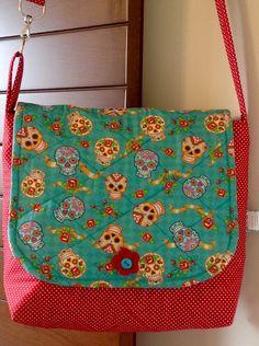 Bolsa+em+patchwork,+confeccionada+com+tecido+nacional.+Quilt+reto.+Possui+bolso+interno+e+alça+regulável.+<br>Peça+única.+<br>Super+charmosa.