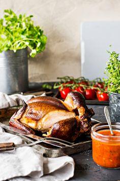 Kokonaisena savustetussa kanassa on mehevä rakenne. Pork, Turkey, Meat, Kale Stir Fry, Turkey Country, Pork Chops