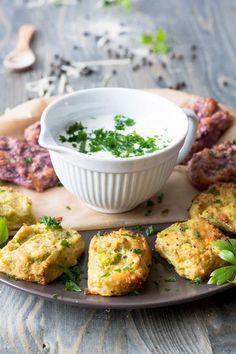 Ohne Besteck essen? Na klar. Mit diesem schnellem Rezept kannst Du dir ganz einfach mundgerechtes Fingerfood mit Blumenkohl und Käse selber machen.