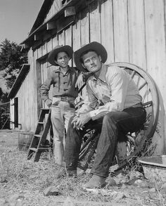 Behind the scenes: Chuck Connors & Johnny Crawford on the set of The Rifleman Old Western Movies, Western Film, Western Art, 1960s Tv Shows, Old Tv Shows, Malibu Creek State Park, Johnny Crawford, Chuck Connors, Clint Walker