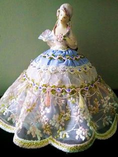 Half Doll — половинки кукол. Их делали из фарфора, иногда в комплекте с ручками и ножками, а дальше одевали соответственно эпохе, желанию или назначению. Они были очень популярны с конца 19 века примерно до 30-х годов 20-го века. Винтажные половинки кукол из фарфора можно использовать для создания интерьерной, будуарной куклы, для игольницы, куклы для чайника.