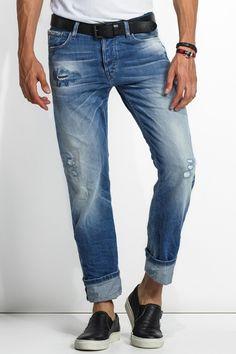 Esta referência tem carcela com botões.É o fit universal da Salsa para homem. A conciliação entre cinta baixa e perna reta deste jeans, cria o visual perfeito para vestir no dia-a-dia. Os bolsos traseiros ligeiramente descaídos dão a estes jeans um ar descontraído. Este modelo é ideal para o H