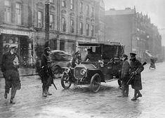 A British army soldier stands guard over Irish republican prisoners. Republican News, Ireland 1916, Easter Rising, Dublin Castle, Erin Go Bragh, Army Soldier, British Army, Still Image, Prison