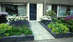 Fleurige bloementuin met borders en plateau te Veenendaal | Exalto Hoveniers Veenendaal