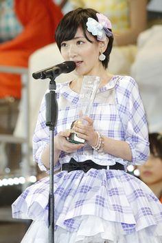 """AKB48の37枚目のニューシングル(8月27日発売)を歌う選抜メンバー16人を決める開票イベント「第6回AKB48選抜総選挙」が7日、東京・調布の味の素スタジアムで行われ、AKB48の""""まゆゆ""""こと渡辺麻友が15万9,854票を獲得し、初の1位に輝いた。"""