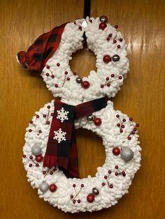 Christmas Yarn Wreaths, Christmas Swags, Handmade Christmas Decorations, Winter Wreaths, Christmas Ideas, Pool Noodle Christmas Wreath, Fall Yarn Wreaths, Snowman Decorations, Spring Wreaths