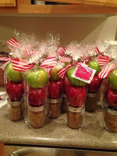 Cute Christmas gift for neighbors and friends! Homemade caramel in mason jars with apples. Cute Christmas gift for neighbors and friends! Homemade caramel in mason jars with apples. Homemade Christmas Gifts, Christmas Goodies, Christmas Treats, Homemade Gifts, Christmas Fun, Holiday Fun, Holiday Gifts, Holiday Ideas, Hostess Gifts