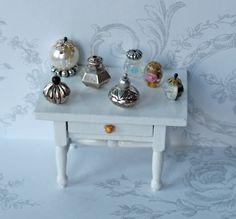 All about dollhouses and miniatures: Verzameling sierflesjes en potjes voor het poppenhuis