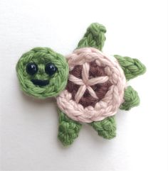 Crochet Turtle Appliques - Free and Easy patterns Free crochet pattern - Sea turtles Family Appliques - Tortues de mer How cute are these Sea turtles? They would be perfect for decorate a blanket! Crochet Turtle Pattern Free, Crochet Pillow Pattern, Crochet Patterns Amigurumi, Baby Blanket Crochet, Crochet Motif, Crochet Flowers, Crochet Stitches, Crochet Gratis, Crochet Bear