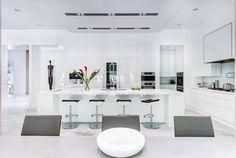 Find Out Luxury White Kitchen Interior Design Ideas Glazed Kitchen Cabinets, White Kitchen Backsplash, Modern Kitchen Cabinets, White Cabinets, Kitchen Ideas, Luxury Kitchen Design, Design Your Kitchen, Interior Design Kitchen, White Kitchen Interior