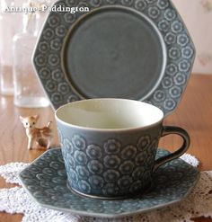 """<FONT color=""""#996600"""">""""DANSK"""" の創設者でもあるデンマークのJens H.Quistgaardイェンス クイストゴーがデザインを手掛けた「Plum(プラム)」シリーズのブルーグレーのカップ、ソーサー、ケーキプレートの3点セット。可愛らしい杏子の花が散りばめられたパターンでマットな釉薬を使用している為、何だか和陶器の優しさを感じるシリーズです。ストレートなラインに花のパターンがいつの時代でもスタイリッシュな新鮮があります。珍しい八角形のソーサーも人気の秘密です。</FONT>"""