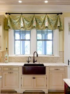 Merveilleux Cute Valance Idea From Buffington Homes South Carolina Via Houzz. This Is A  Table Runner With Curtain Clips! Smart Idea, Using A Table Runner. The ...