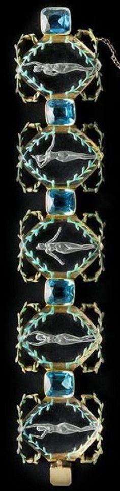 Esmalte, vidrio, diamante, aguamarina y oro pulsera 'Grecian bailarines', de René Lalique, alrededor del año 1898.