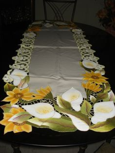 Peru: Arte, artesania y cocina peruana. Cabbage Roses, Table Toppers, Pyrography, Paint Designs, Fabric Painting, My Flower, Table Runners, Christmas Crafts, Christmas Fabric
