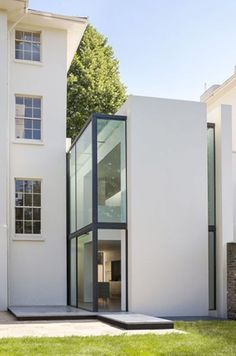 House extension by Guard Tillman Pollock features slices of glazing Narrow slices of glazing break up the plain white facade of this London house extension, helping to visually separate it from the original house. Contemporary Architecture, Architecture Details, Interior Architecture, Contemporary Building, Contemporary Apartment, Contemporary Office, Contemporary Garden, Contemporary Bedroom, Contemporary Furniture