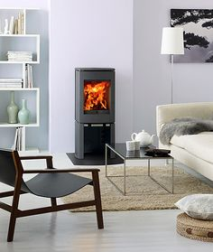 Estufas de leña Jøtul F 165 & Jøtul F 165 S. La serie Jøtul F 160 queda bien en cualquier habitación, este concepto de estufa de leña pequeña y minimalista hace que sea muy sencillo encajarla en cualquier lugar. Estufa de hierro fundido con sistema Clean burn. Potencia calorífica: Min.: 3,7 Nom.: 5,0. Max.: 9 kW  Tamaño de leños: 33 cm  Acabados: pintura negra  Salida de humos: Superior/trasera  Cajón recoge cenizas  Peso: 145 kg, con piedra esteatita 225 kg