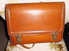 Die schöne Schultasche ( Tornister ) aus Leder stammt aus den 50er Jahren. Sie hat einige Gebrauchsspuren und eine Naht ist ganz geringfügig aufgegangen.Innen hat sich die Seitenverstärkung...