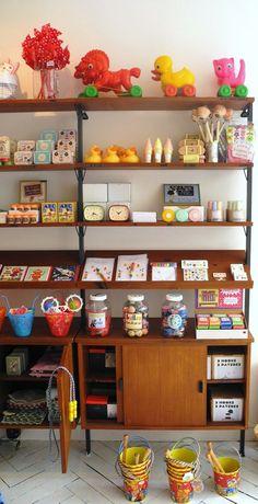 Millimètres. 19 rue Milton, 75009. Une boutique de mobilier et accessoires pour enfants idéale pour les cadeaux. Il y a des chats en laine, des couvertures, des tapis, des luminaires, des objets de décoration, des tableaux… et tout y est fabriqué à la main.