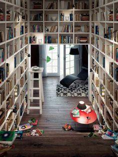 Heerlijk zo'n grote boekenkast helemaal gevuld met boeken!