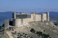 Enclave estratégico durante la Reconquista, morada de reyes y testigo de las andanzas del Cid. La arquitectura actual del castillo data casi exclusivamente del último tercio del siglo XV. En 1899, el Ayuntamiento de Jadraque lo compró por 305 pesetas.
