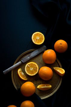 cut oranges on a wood plate | fruit: orange . Frucht: Orange . fruit: orange | Recipe: orange-olive oil and chocolate cake | Food. Art + Style. Photography: Food on black by Stephanie @ dessert for breakfast |