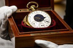 Diseñado por el fabricante suizo de relojes, Patek Philippe, este exclusivo #reloj de bolsillo de oro macizo de la década de 1930, fue vendido a mediados de este mes por la suma récord de $21.3 millones, la mayor cantidad jamás pagada por un reloj, en una subasta Sotheby's en Ginebra, Suiza.