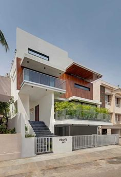 Completed in 2018 in Bengaluru, India. Images by Shamanth Patil. The brief required a House for a family of four on a square feet site, located in South Bangalore. The clients aspired for a Contemporary. 3 Storey House Design, Bungalow House Design, House Front Design, Small House Design, Modern Exterior House Designs, Modern House Facades, Modern House Design, Exterior Design, Villa Design