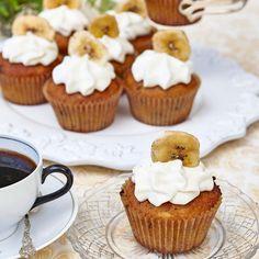 Goda muffins med banan och choklad toppade med frosting och bananchips.