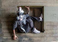 Umelec vytvára zo vzácnych a retro tenisiek plynové masky. – Doba Mag.
