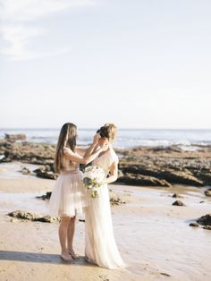 maid of honor giving a helping hand on the big day | amy jo royall photography | via: style me pretty