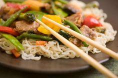 Cómo hacer pollo salteado con fideos al wok