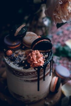Vanilal bean cake with swiss meringue buttercream and chocolate glaze with black macarons / Historias del ciervo Vanilla Bean Cakes, Vanilla Buttercream, Gorgeous Cakes, Pretty Cakes, Mini Cakes, Cupcake Cakes, Chocolate Glaze, Halloween Cakes, Drip Cakes