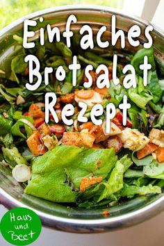 Brotsalat – ein einfaches vegetarisches Rezept aus Brotresten. Altes Brot, das nicht mehr ganz lecker und frisch ist, lässt sich gesund und lecker in einen Salat verwandeln. Ein leckerer Salat zum Grillen, als Beilage zum Essen und Trinken, im Glas zum Mitnehmen geeignet und schnell gemacht. Herzhafter Salat, den man abwandeln kann. Außerdem weitere Rezepte: Italienischer Tomatensalat, mit Rucola, mit Feta. #brotsalat #vegetarisch #einfachesrezept #altesbrot Easy Peasy, Good Food, Favorite Recipes, Ethnic Recipes, Dinner, Scores, Laughing, Stitches, Purse