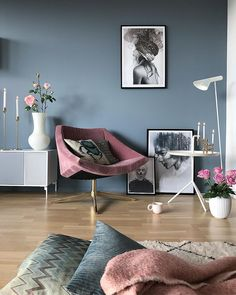 Grey blue walls and pink accessories in the living room