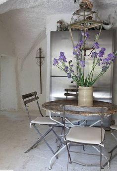 french style.  now this is a knockout dining room, one could emulate without much cash (minus the lovely rustic home though lol), sheer panache!
