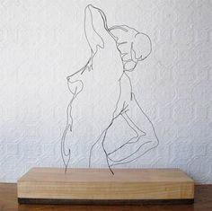 """Gavin Worth nunca freqüentou escolas de arte, e em seu tempo livre tem alimentado uma obsessão ao longo da vida com o desenho, a pintura e a escultura. """"Dobrando um fio preto em desenhos de linhas independentes, crio esculturas que envolvem o espectador, envolvendo-os em suas mudanças sutis. Quando a luz da sala muda, o (...)"""