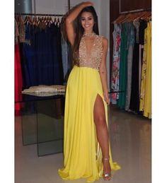 Nude + cristais + amarelo = combinação para brilhar na formatura  { vestido by @ribeirolivia } #blogcheers #festa #formatura #vestido #dress #modafesta #amarelo #yellow #vestidodefesta #yellowdress #vestidoamarelo #formanda #vaiterformatura #madrinha #bridesmaids #maidofhonor #girl #glamour #gown