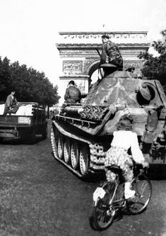 """Tank PzKpfw V «Panther,"""" part of the troops belonging to the Wafenn-SS, near the Arc de Triomphe in Paris. Paris, France, summer 1944."""
