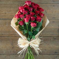 Артикул: 035-169 Состав букета: 25 роз красного цвета, оформление Размер: Высота букета 60 см Роза: Выращенная в Украине http://rose.org.ua/bukety-iz-roz/1283-artistka.html #букеты #букетроз #доставкацветов #RoseLife #flowers #SendFlowers #купитьрозы #заказатьрозы   #розыпоштучно #доставкацветовкиев #доставкацветовукраина #срочнаядоставка #заказатьрозыкиев