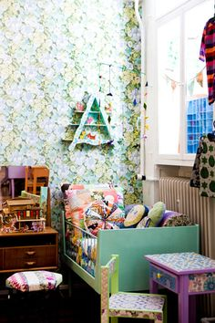 Vintage wallpaper for kids room