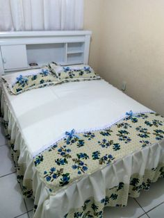 White Bedding, Bedding Sets, Creative Beds, Designer Bed Sheets, Clothing Store Displays, Diy Pillows, Bed Covers, Pillow Design, Bed Spreads