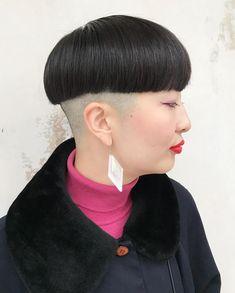 「かぽり族様!」 やはりさくらこはんはかぽり度直球スタイルがよくお似合いで!! 揺るぎないかぽりにブラボーパチパチ👏 #umitosなつきヘアー #刈り上げ#マッシュ#ボールカット Shaved Hair Cuts, Shaved Nape, Shaved Head Women, Bowl Haircuts, Bald Women, Bowl Cut, Page Boy, Grunge Hair, Foto E Video