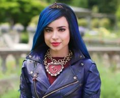 That necklace! Descendants Characters, Disney Channel Descendants, Disney Descendants 3, Descendants Cast, Disney Channel Stars, Descendants Costumes, Cameron Boyce, Sophia Carson, King Charles Puppy
