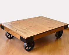Mesa de centro Bristol elaborada con madera de pino y ruedas de fundición.Mesa de centro  de diseño loft industrial sobrio y con carácter fabricada en hierro y  madera maciza de pino envejecida. Un