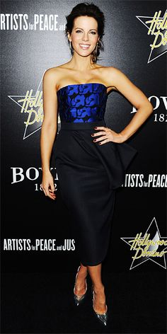 Kate Beckinsale struck a pose at the Annual Hollywood Domino and Bovet 1822 Gala in a cobalt silk bustier and a navy denim wool skirt, both by Dior, with Joan Hornig silver deco earrings and silver mirror Brian Atwood pumps. Celebrity Red Carpet, Celebrity Style, Scantily Clad, Instyle Magazine, Kate Beckinsale, Night Looks, Red Carpet Looks, Red Carpet Fashion, Party Fashion