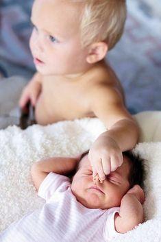 Και ξαφνικά το παιδί σας αισθάνεται ότι όλα αλλάζουν. Ένας μικρός εισβολέας κλέβει την προσοχή και την αγάπη σας. Ναι, το παιδί ζηλεύει το μικρό του αδερφάκι κι εσείς καλείστε να το διαχειριστείτε σωστά και άμεσα. Cute Toddlers, Cute Kids, Cute Babies, Cute Baby Photos, Brotherly Love, Best Mom, My Boys, Family Photos, Pregnancy