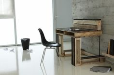 Palettes - Faites vos meubles (Make your furniture) by Jean-Marie Reymond. Modern pallet desk, built with upcycled wood pallets. Inspiration. More pallet ideas and inspiration at http://pinterest.com/wineinajug/passion-for-pallets/ Office furniture, Desk, DIY, Inspiration, #Design